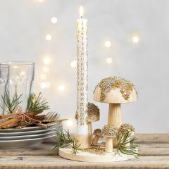 Holzplatte als Kerzenständer, dekoriert mit Holzpilzen und Glasperlen