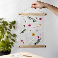 Florale Hängedeko aus Trockenblumen und Poster-Haltern