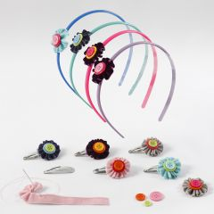 Haarreifenblüte aus Samtband und Knöpfen