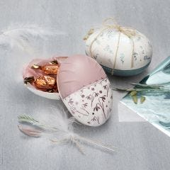 Zweiteiliges Pappmaché-Ei, verziert mit Bastelfarbe und Dekofolie