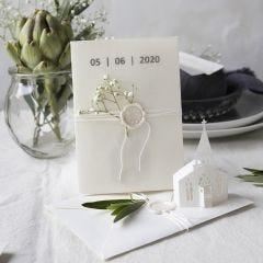 Hochzeitseinladung in Off-White mit Kirchenmotiv und Cover aus Pergamentpapier