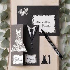 Einladungskarten für die Hochzeit, verziert mit Brautkleid und Dinner Jacket