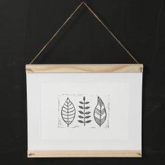 Selbst gefertigtes Wandbild mit Pflanzendruck auf Papier