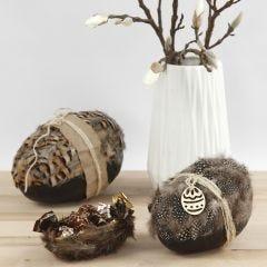 Zweiteiliges Pappmaché-Ei, verziert mit echten Federn und Naturkordel