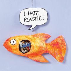 Ein Fisch aus Mullbinden mit Plastik im Magen
