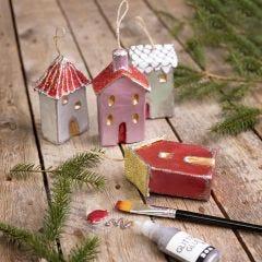 Weihnachtshäuschen zum Aufhängen, dekorativ gestaltet mit Metallic-Farben und Glitzerkleber