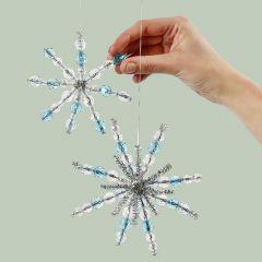 Schneekristalle zum Aufhängen, kreiert aus Pfeifenreinigern und Perlen