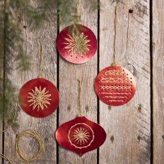 Weihnachtskugel aus gelochtem Stanzkarton, bestickt mit Goldfaden