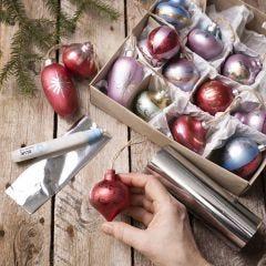 Weihnachtskugeln aus Holz, verziert mit Art Metal Farbe und Dekofolie