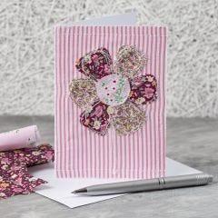 Grußkarte mit aufgenähtem Stoffblumenmuster