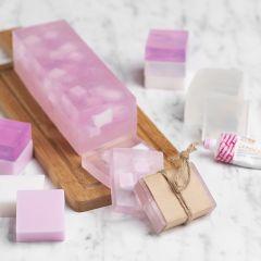 Hausgemachte Seife mit verschiedenfarbigen Würfeln als Einlage
