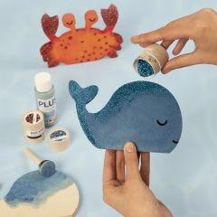 Wal und Krabbe, dekoriert mit Bastelfarbe und Bio Sparkles