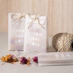 Pergament-Papiertüte mit getrockneten Blumen für Konfetti