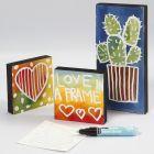 Mit Zeichengummi und Wasserfarbe gemalte Bilder auf Holz