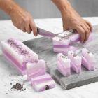 Selbst gefertigte Seifenstücke in Lagen von Ton in Ton-Farben
