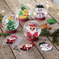 Schneekugeln mit Weihnachtsfiguren aus Nabbi Fuse Beads
