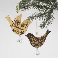 Hölzerne Anhänger in Vogel-Form