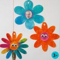 Glitzerfarbe und Wackelaugen auf Karton-Blüten