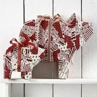 Schweine mit Papier und Dekoband