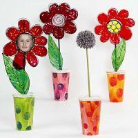 Vase mit Blumen aus Einwegbechern