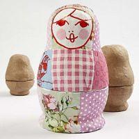 Eine Babuschka-Puppe mit Serviettentechnik