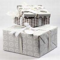 Wunderschöne Schachteln, verpackt mit Papier aus der Skagen-Serie