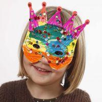 Pappmasken, verziert mit Filzstiften und Pailetten
