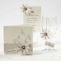 Cremefarbene Karten mit Pergamentpapierblumen