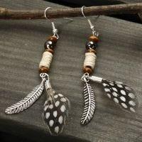 Ohrhänger mit Federn und Perlen