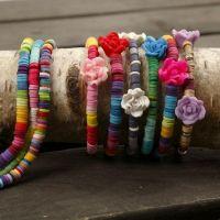 Armbänder mit Perlen auf elastischem Schmuckband
