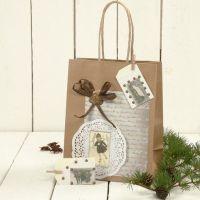 Eine Geschenktüte mit Dekorationen