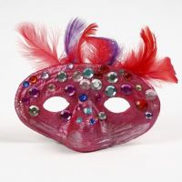 Eine Pappmaché-Maske mit Federn und Strasssteinen