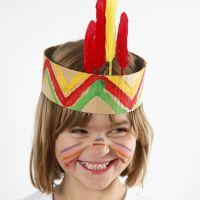 Indianer-Stirnband aus Wellpappe und Federn
