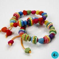 Leuchtend bunte Armbänder mit Kunststoffperlen