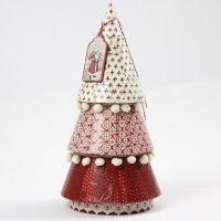 Ein Pappmache-Weihnachtsbaum mit Decoupage
