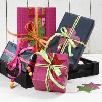 Geschenkverpackung mit Neon-Band und Moosgummi mit Glitzer