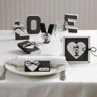 Karten und Tischdekorationen mit Herzen und einem Brautpaar