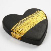 Schwarzes Terrakotta-Herz, verziert mit Goldfolie