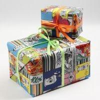 Geschenkverpackung mit Geschenkpapier im Graffitimuster