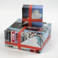 Geschenkverpackung aus Geschenkpapier mit Collagemuster