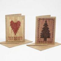 Grusskarte aus rustikalem Papier mit Kreuzstichmuster