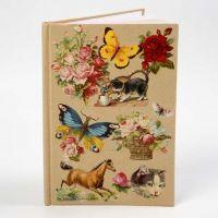 Ein Notizbuch mit einer Collage aus nostalgischen Glanzbildern