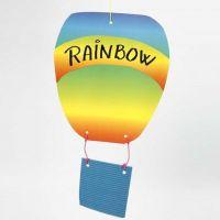 Ein Heissluftballon aus Wellpappe und Regenbogenpapier