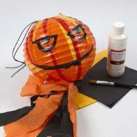 Eine Kürbis-Lampe für Halloween gebastelt aus einer Reispapier-Lampe