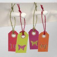 Aus Design-Papier gestanzter Schmetterling auf Geschenkanhänger