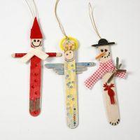 Weihnachtsfiguren aus bemalten und dekorierten Eisstielen
