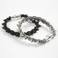 Geflochtenes Armband mit Metallnieten