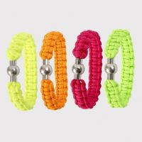 Geflochtenes Armband aus dicker, neonfarbiger Macramé-Kordel