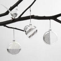 Glasvogel, Herz und Weihnachtskugel, verziert mit silberner Metallfolie