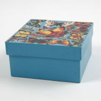Bemalte Pappmaché-Box mit Vintage-Stanzteilen auf dem Deckel